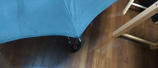 傘への固定が終わった先端部を骨にはめ込んで修理完成!