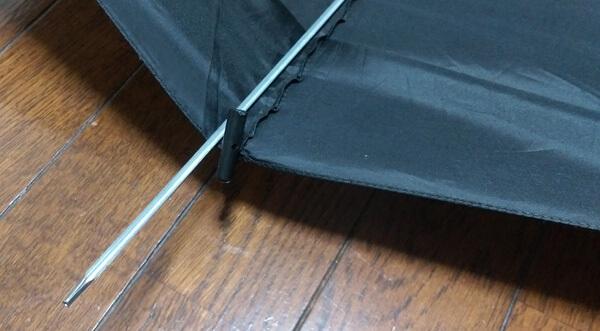 傘の先端部の穴に糸を通す